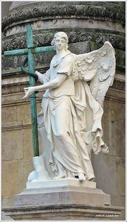 Der Engel am Eingang zeigt die Erhöhung der ehernen Schlange als Symbol des Alten Testaments (Wikipedia)