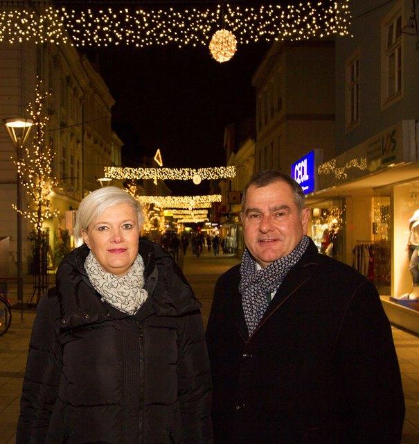 """Judith Hönig (Obfrau Unternehmerverein """"Neu in der Stadt, die Unternehmer"""") und Baustadtrat DI Franz Dinhobl präsentieren die Lichtervorhänge in der Herzog Leopold-Straße"""