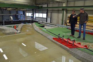 Stefan Walder und Markus Aufleger (re) am Modell des Retentionsraums Voldöpp im Wasserbaulabor der Uni Innsbruck.
