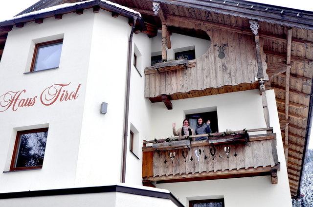 Jolein van de Kasteele und Ike van Ekeren am Balkon.