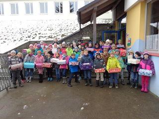 Die Kinder der Kreativ-Volksschule Schlierbach haben wieder zahlreiche Pakete zusammengestellt.