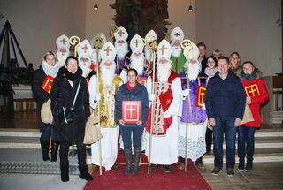 Die Nikoläuse mit ihren Begleitpersonen und Christoph More in der Stadtpfarrkirche