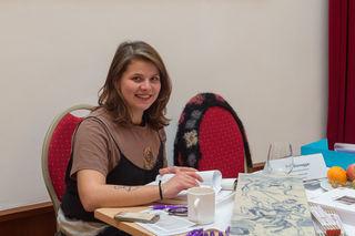 Eva Dürnegger, Hafnerin/Keramikerin mit einer von ihr gebrannten Kachel für einen Kachelofen.