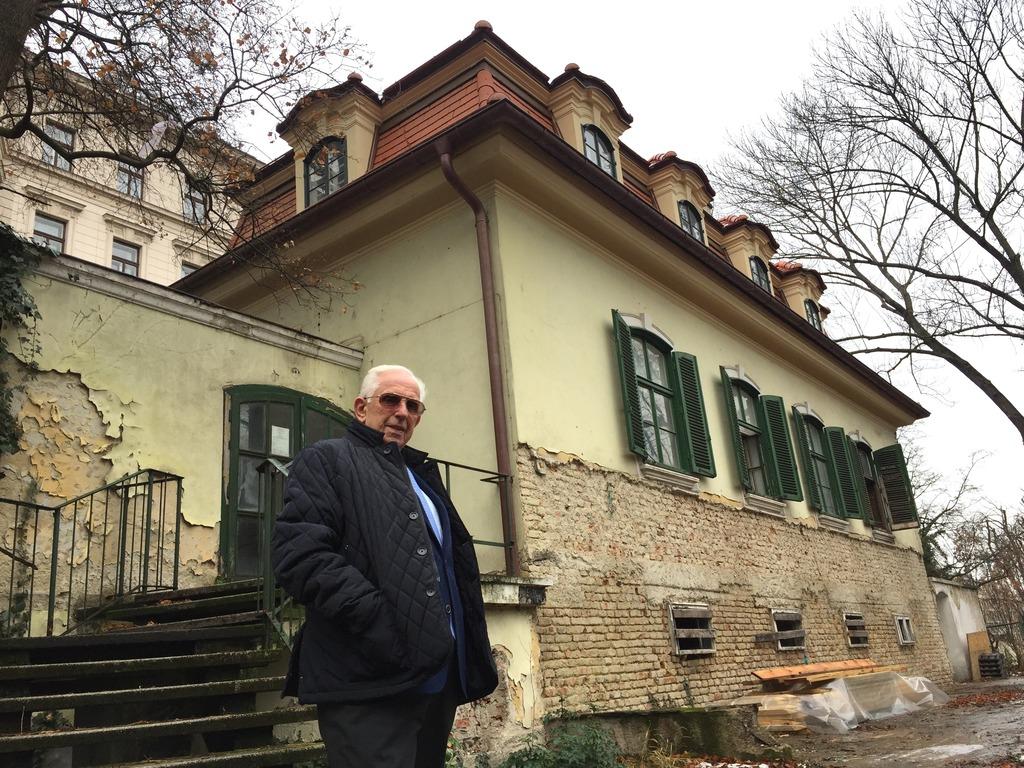 Walter Welledits im künftigen Gastgarten des Belvedere Stöckls.