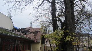 Noch Wochen nach dem Brand war der Dachstuhl durch das Loch dem Regen ausgesetzt – mittlerweile wurde eine Abdeckung beauftragt.