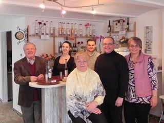 Eine Familie hilft zusammen: Vater Heinz Stainer, Tochter Sabine, Mutter Doris Stainer, Sohn Hannes, Gatte Herbert und Brigitte Bürger