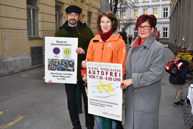 """Elternvertreter Guntram Münster, Hanna Schwarz vom Verein """"geht-doch.wien"""" und Direktorin Nicolina Bösch."""
