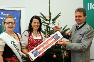 Garantiert heimische Christbäume mit der rot-weiß-roten Banderole: Franz Titschenbacher, Martina Lienhart (Mitte) und Judith Grein