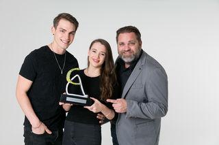 Cool-Award-Übergabe: Mira & Adam mit Michi Hüttler