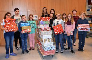 Schenken bereitet viel Freude: Darüber sind sich die  Weihnachtsengel der NMS 2 Kirchdorf sicher.