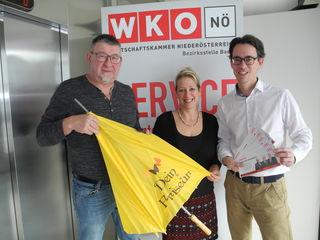 WK-Bezirksstellenleiter Mag. Andreas Marquardt (rechts) bedankt sich bei Wolfgang Dorner für sein jahrelanges Engagement für die Friseurbranche und wünscht Manuela Stejnek alles Gute für ihre neue Tätigkeit.