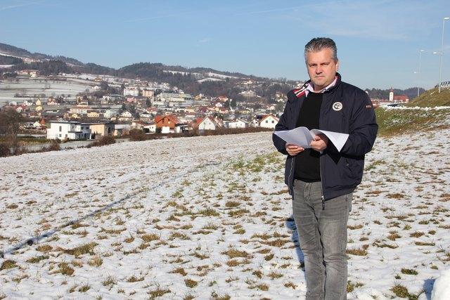 Bürgermeister Wolfgang Zingl freut sich über den ersten Betrieb im neuem Gewerbepark direkt an der B54.