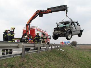 Bergungseinsatz nach einem Unfall. In Wiener Neustadt waren die wenigsten Lenker betrunken. Am Land sieht die Statistik anders aus.