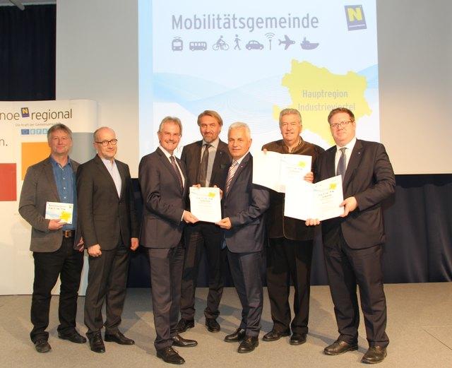 Verkehrslandesrat Karl Wilfing mit Vertretern der ausgezeichneten Mobilitätsgemeinden.