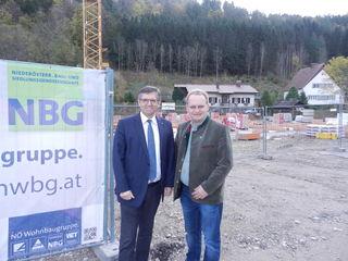 """LAbg. Franz Rennhofer (l.) und Bgm. Josef Freiler auf der Baustelle beim """"Jungen Wohnen"""" in Kirchschlag."""