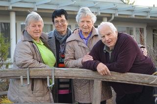 Sind ehrenamtlich für die Clementinum-Bewohner da: Gertrude Sch. und Rita L. mit  Bewohnerin Erna A. und Bewohner Friedrich G.