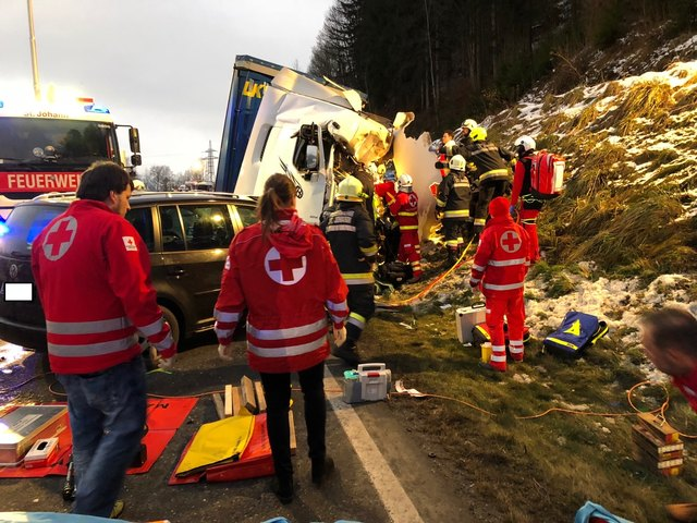 Am Unfall waren LKW und PKW beteiligt.