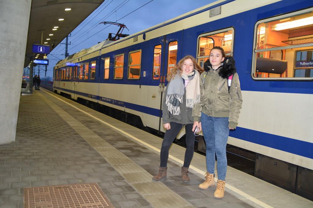 Die Schülerinnen Carina Rust und Nina Stadler beim Warten am Bahnhof Tullnerfeld.