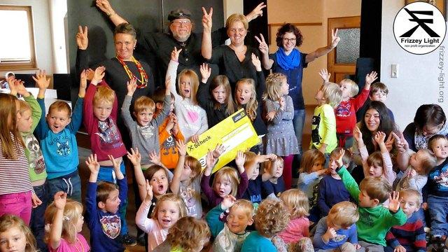 Der Kindergarten und die Wichtelwerkstatt Grins unterstützen Frizzey Light mit 300 Euro.