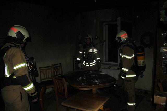 Das Wohnzimmer wurde bei dem Adventkranzbrand stark verrußt.