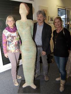 Der Osttiroler Künstler Sebastian Rainer mit den Bewunderinnen seiner Dame, Andrea Planötscher (li.) und Hannelore Weißbacher.