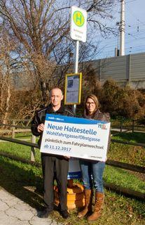 """V.l.: Lisa Landzettel, B.A. und Mario Maestro (wnsks Verkehrsbetrieb) präsentieren den Standort für die neue Haltestelle """"Wohlfahrtgasse/Obstgasse"""""""