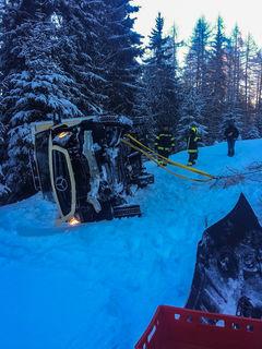 Kleinlastwagen stürzte über eine Böschung - der Fahrer blieb unverletzt.