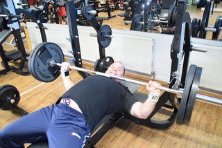 Jogl zeigt wie's geht: 100 Kilo auf der Stange und der Grinser sitzt.