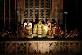 Jedes Jahre eröffnet im bayerischen Nürnberg das Christkind von der Frauenkirche aus den traditionellen Christkindlesmarkt.