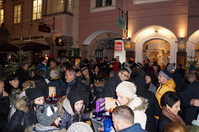 Zahlreiche Besucher beim StadtRundschau Christkind.