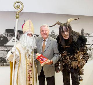 Der Nikolaus (Michael Haindl) und der Krampus (René Schrafl) statteten Bürgermeister Klaus Schneeberger (M.) einen Besuch im Alten Rathaus ab