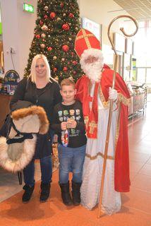 Der Nikolaus verteilte Geschenke und war auch beliebtes Fotomotiv.