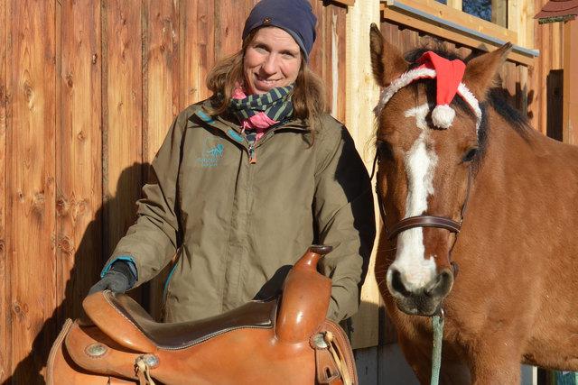 Vereinsobfrau Roswitha Zink mit Pipistrela. Ein neuer Westernsattel für die Stute soll her.