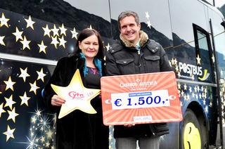 Casino-Direktor Robert Frießer und CYTA-Markteting-Chefin Susanne Buratti bei der Übergabe für die Spendenaktion.