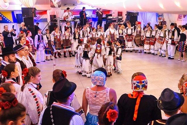 Wien, Casablanca Veranstaltungszentrum - Perlen, so benannte der bekannteste Fernsehmoderator der Region Posavina in Bosnien und Kroatien, Jakica Luso, die vier Vereine von bosnischen Kroaten in Wien, die dieses Fest veranstaltet haben. Weltweit wurde dieses Spektakel über den bosnischen Privatfernsehsender PTV übertragen. Etwa 1000 Gäste und Akteure haben an diesem 16. Festival am 2. Dezember 2017 teilgenommen. - http://www.dailymotion.com/playlist/x54zlc