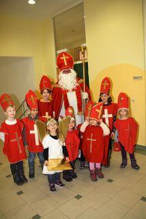 Mit den Minis zog der Nikolaus in die vollbesetzte Aula der VS Kalsdorf ein