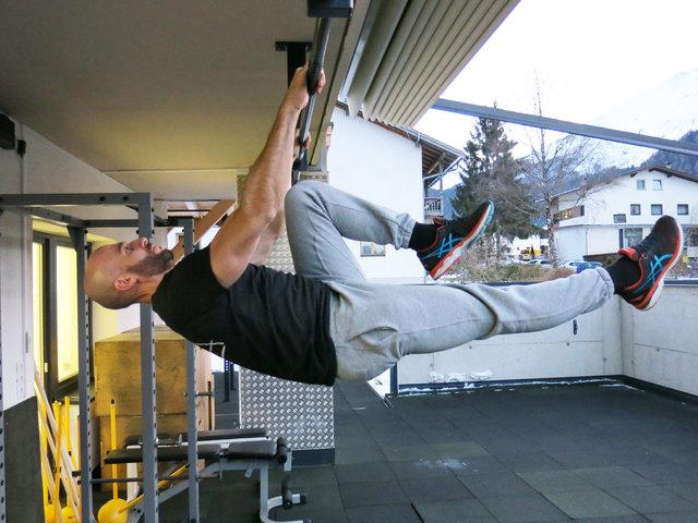 Wolfgang Radl zeigt eine Übung vor, mit der die Motorik wieder in Schwung gebracht wird.