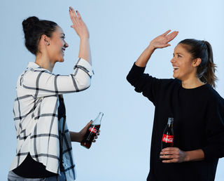 """Manuela Zinsberger und Laura Feiersinger freuen sich nun Teil des """"Coca-Cola Fußballteams"""" zu sein."""