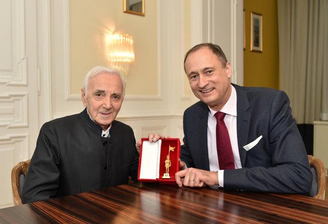 Charles Aznavour mit dem Goldenen Rathausmann. Kulturstadtrat Andreas Mailath-Pokorny hat ihn überreicht.