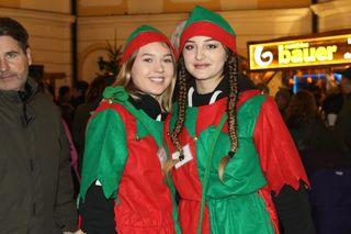 Die Wichtel Christina Glatzer (li.) und Leona Isenaj waren unterwegs und sorgten mit ihrem Gewinnspiel für Vorweihnachtsgeschenke.