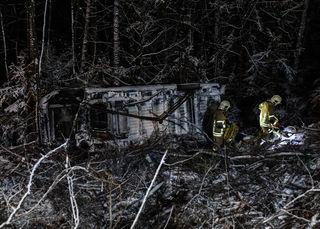 Abflug in den Wald – der Lenker blieb aber unverletzt und konnte sich auch selbst befreien!