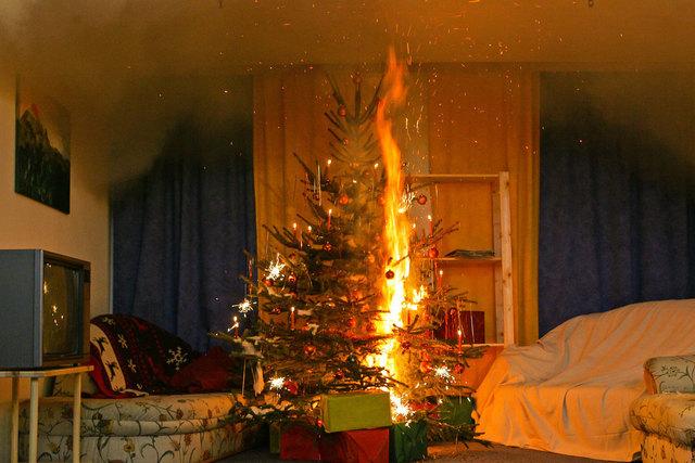 Trockene Christbäume sind regelrechte Brandherde. Die meisten Christbaumbrände ereignen sich erst nach Weihnachten.