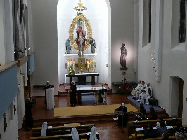 In der Schlichtheit der Mutterhauskirche zur Ruhe, zum Gebet, zu sich und zu Gott kommen. Herzlich Willkommen!
