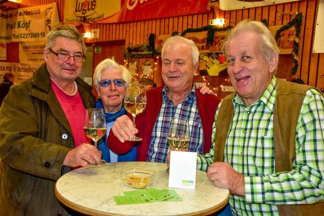 Ein Achterl in Ehren: Eduard Schliksbier, Inge Chladek, Eduard Chovanetz mit Walter Richter.