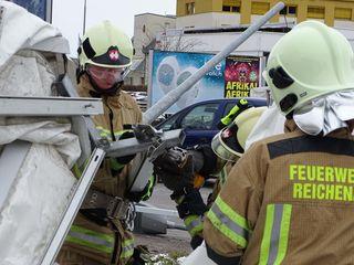 Die Feuerwehren haben derzeit in Innsbruck alle Hände voll zu tun, um lose Teile zu entfernen oder wieder zu befestigen.