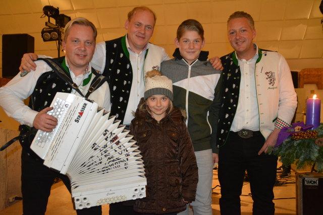 Die Edlseer sorgten für stimmungsvolle Adventmusik in der Katholischen Kirche, was auch ihre Fans wie Elisa und Philipp Schiller gefiel.
