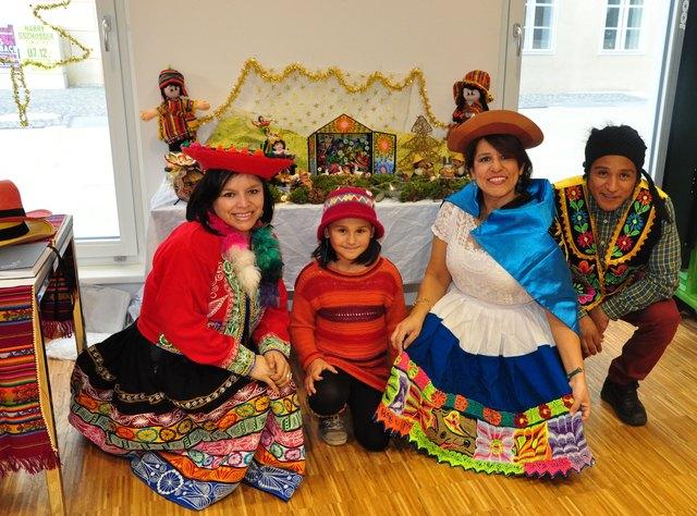 Diana Mendoza de Hammer (3.v.l.) posierte mit ihren Helfern in der typisch peruanischen Tracht.