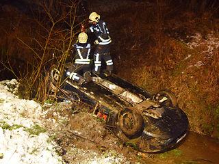 Die Feuerwehren Wiesfleck und Pinkafeld bargen ein verunfalltes Auto aus einem Bach.