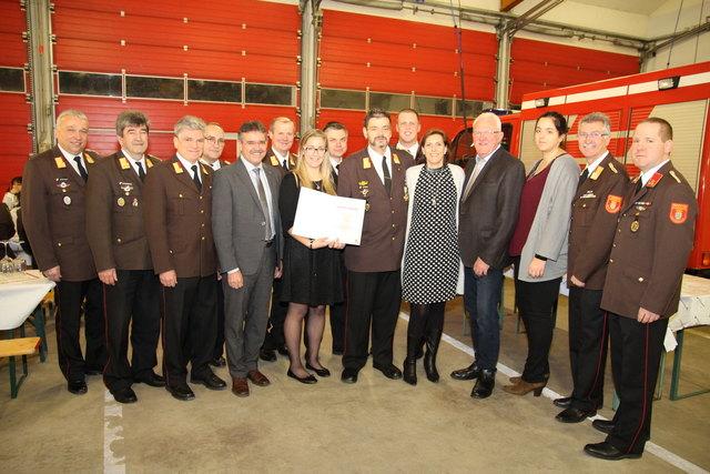Harald Schwab mit seiner Familie und Feuerwehrfunktionären sowie Bürgermeister Richard Schober und Landtagsabgeordneten Manfred Schulz