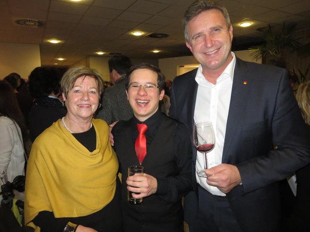 Gastronomie-Urgestein Wittie Sifkovits, Chorleiter Tobias Schweinzer, Vizebürgermeister Ewald Schnecker tauschen Adventgedanken.